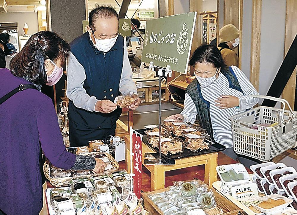 増築された売り場で商品を求める来場者=羽咋市神子原町の神子の里