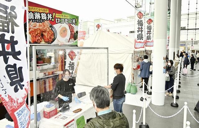 県内各店の個性豊かな丼が提供された「福丼県フェス」=11月1日、福井県福井市のハピテラス