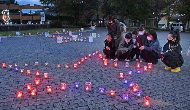 約600個のキャンドルが並んだ岡本地区のイベント=福井県越前市新在家町