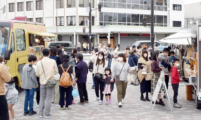大勢の来場者でにぎわう「国8空活」の会場=11月1日、福井県敦賀市神楽町1丁目