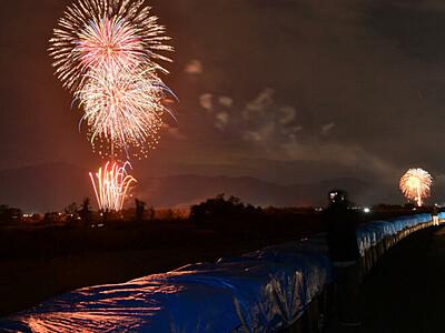復興の思い花火に込め 千曲川沿い12市町計30カ所で一斉に