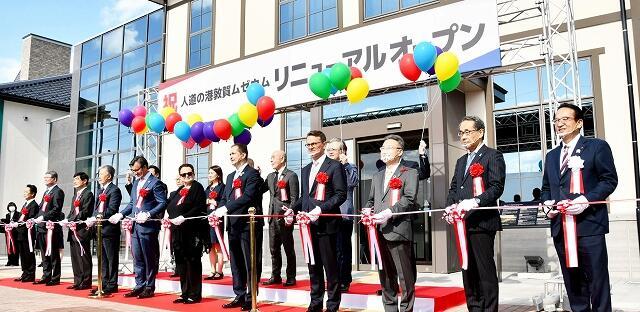 テープカットでムゼウムのリニューアルオープンを祝う渕上市長(右端)ら=11月3日、福井県敦賀市金ケ崎町