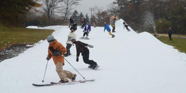 軽井沢プリンスホテルスキー場のゲレンデで初滑りを楽しむ人たち