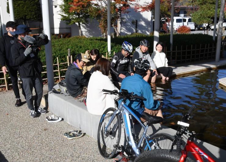 岡谷市内を自転車で巡るツアーを紹介する動画の撮影風景