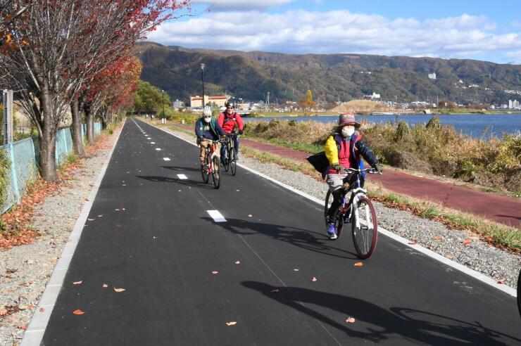 新たに開通した「諏訪湖周サイクリングロード」の区間=岡谷市
