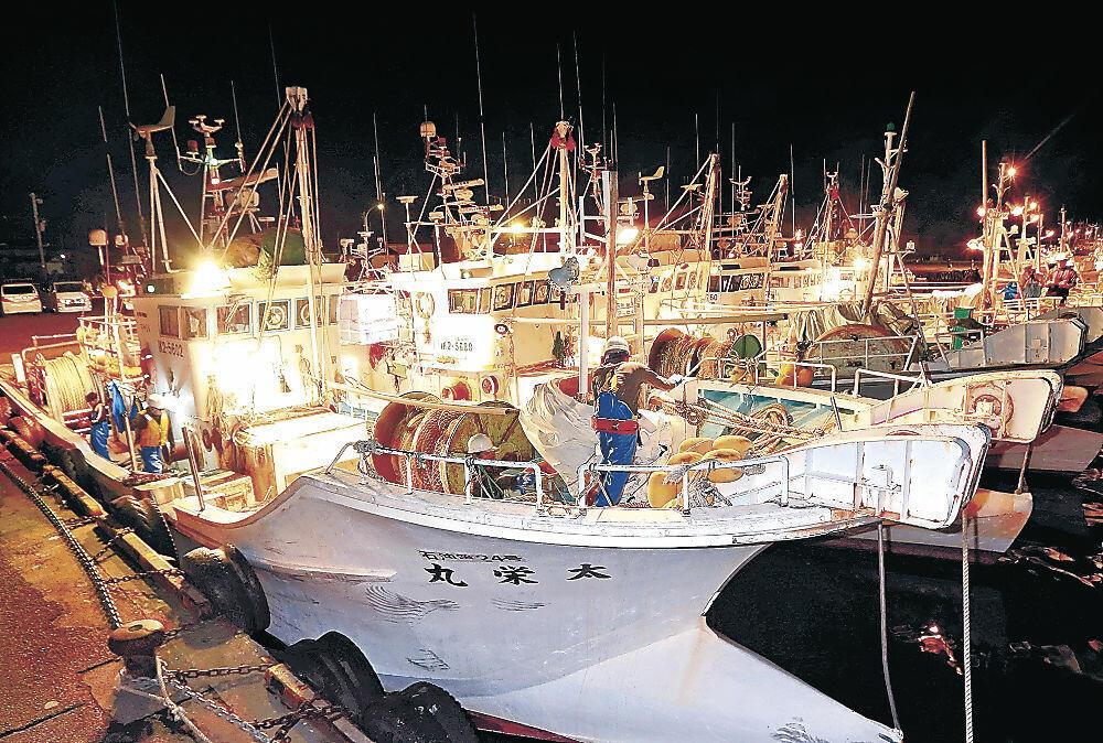 カニ漁に向け、準備を進める漁師=5日午後10時、金沢港