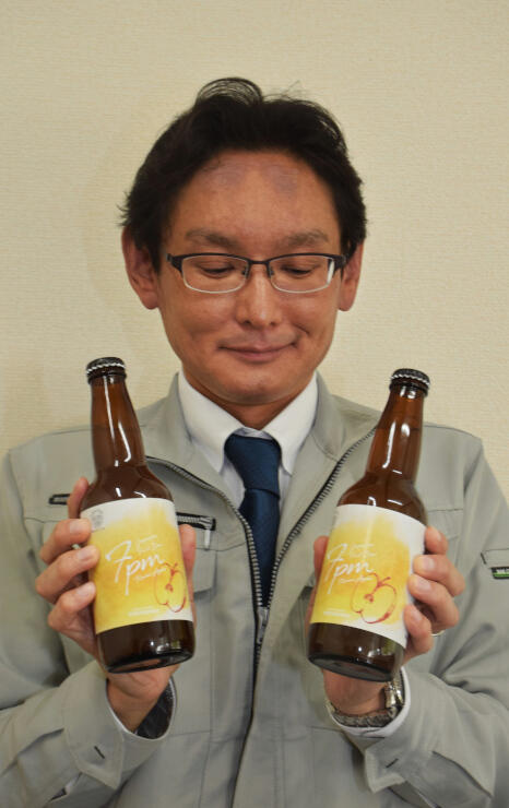 「7pm Koumi Apple」を手にする黒沢さん