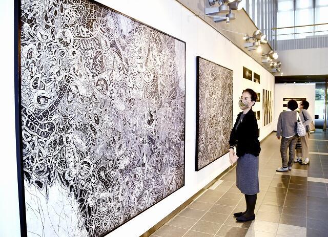 アクリル絵の具を削って制作した作品などが並ぶ「白と黒の世界」=11月4日、福井県若狭町パレア若狭