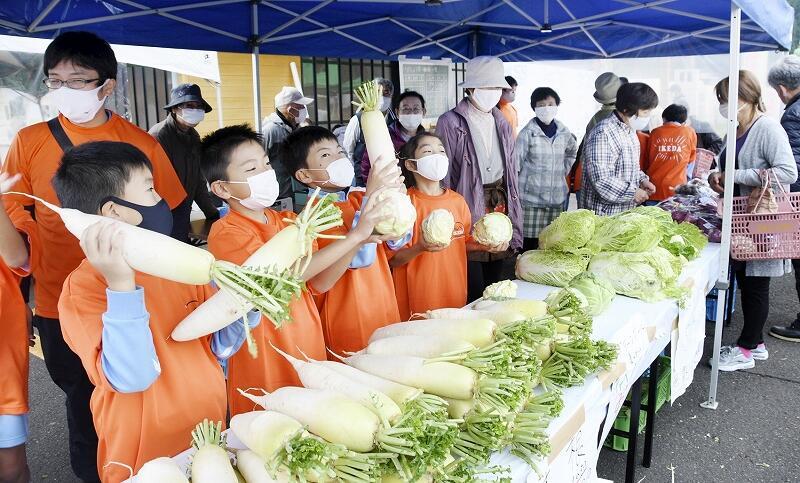 池田小児童が野菜を売った「いけ!しょう店」=11月7日、池田町薮田
