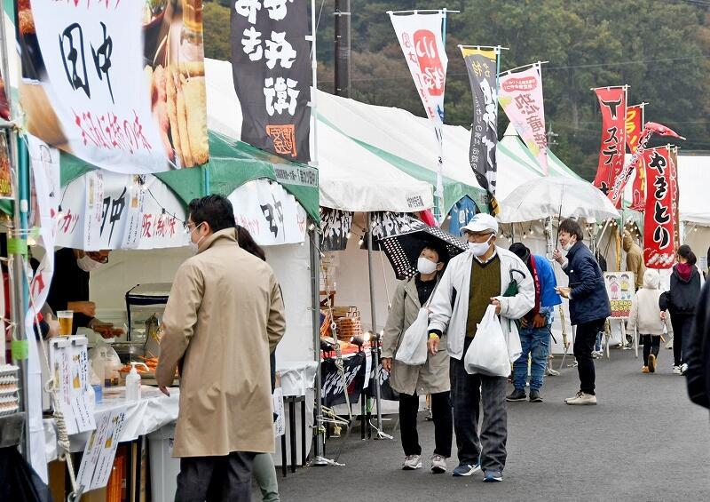 さまざまな屋台が出店したフードコーナー=11月7日、敦賀市金ケ崎町