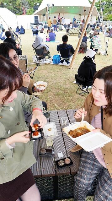 県内外の音楽ファンが心地よい音楽を聴きながら福井の食材を使った料理に舌鼓を打った「ワンパークレストラン」=11月8日、福井県福井市中央公園