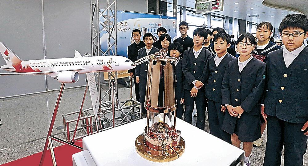 東京五輪の聖火に見入る児童生徒=能登空港