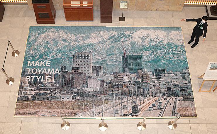 高岡龍谷高校の生徒らが104万本のつまようじを使い制作した巨大モザイクアート