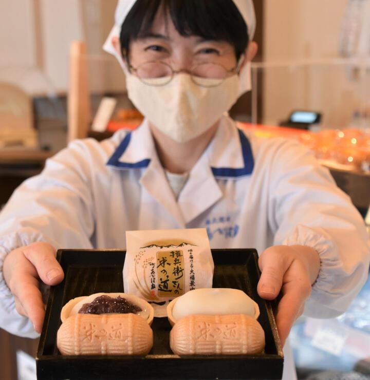 20日に販売を始める「大福最中」。俵型のもなかで包んだ食べ応えのある大福餅が特徴だ