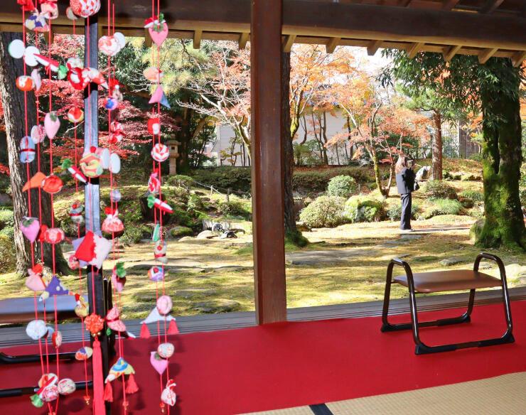 紅葉とつるし飾りが同時に楽しめる秋幸苑=12日、柏崎市新道の飯塚邸の庭園