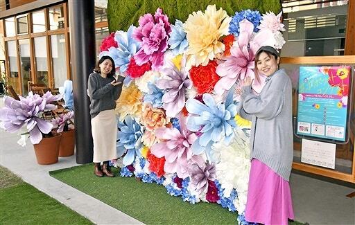 フォトスポットを設置した(右から)大坪さん、安井さん=11月12日、福井県大野市明倫町の「popolo.5」