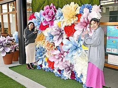 華やか造花、映え抜群 大野・商業施設にスポット