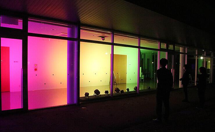多彩な光で照らされたアートハウスおやべの館内