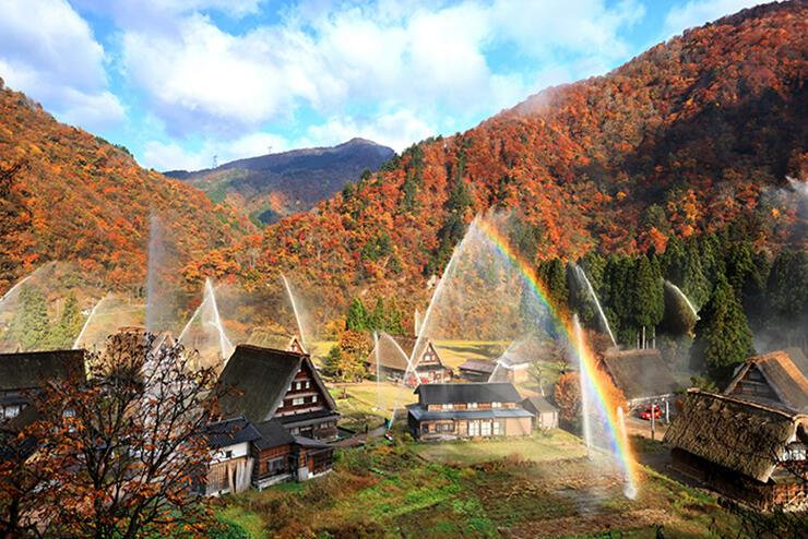 世界遺産の合掌造り集落で行われた消火訓練。放水に虹がかかった=南砺市菅沼
