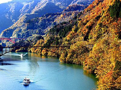 秋色の庄川峡を行く