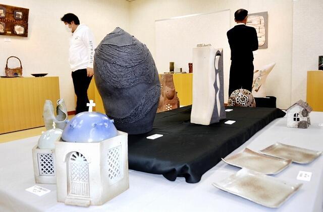 わづみ館利用者の力作53点が展示されている陶芸作品展=11月14日、福井県越前町織田の町織田交流館