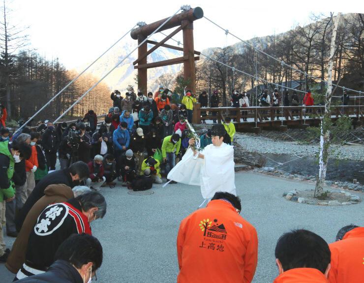 関係者や観光客が参加した閉山式の神事