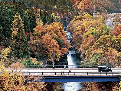 手取峡谷 晩秋の風情、木々紅葉進む
