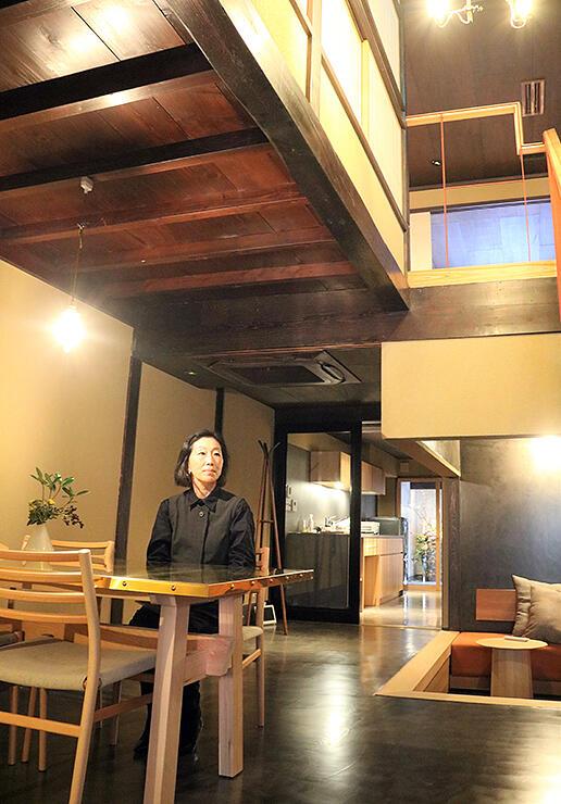 町家の雰囲気を生かした空間や真ちゅうのテーブルなどが魅力的なホテルの一室=高岡市金屋町
