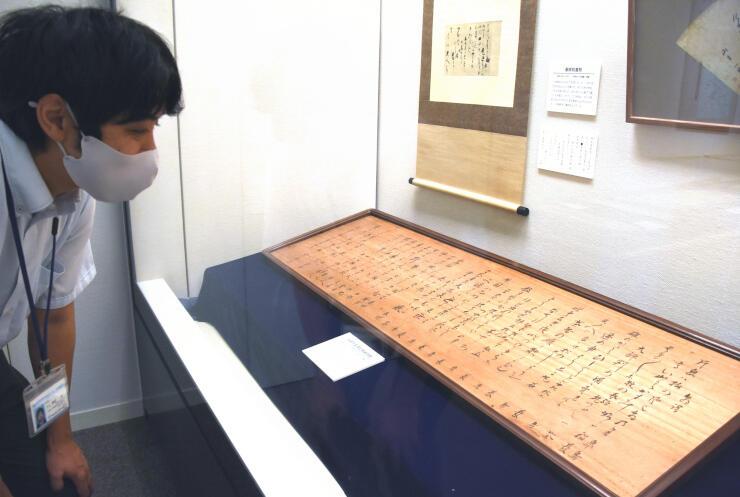 信濃町の一茶記念館に展示中の一茶館から借りた一茶直筆の俳額