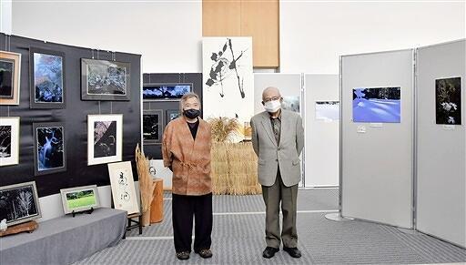 一乗谷朝倉氏遺跡を捉えた写真を発表している車屋さん(左)と北野さん=11月16日、福井新聞社・風の森ギャラリー
