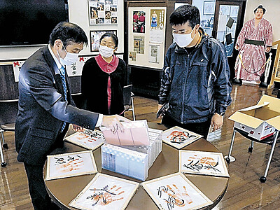 遠藤の手形、力強く 穴水 力士7人の色紙展示