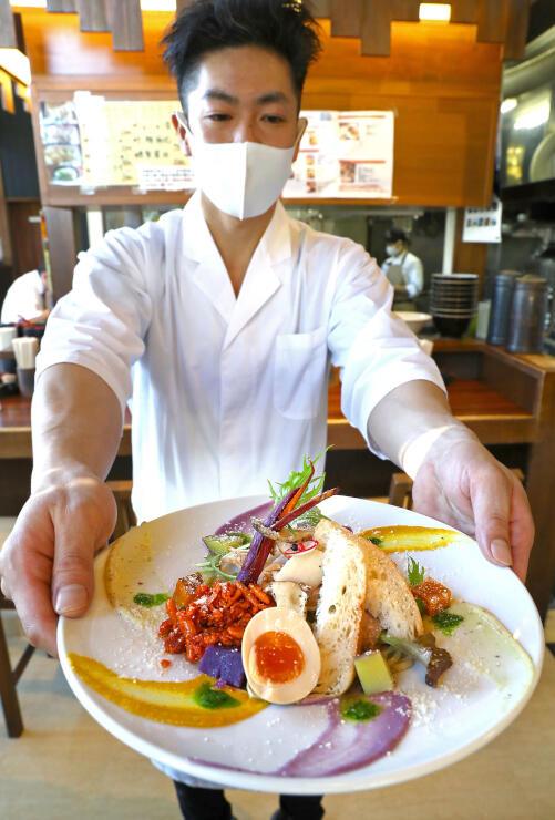 酒造会社やパン店などとコラボした「麺や ようか」のあえ麺=小千谷市若葉1