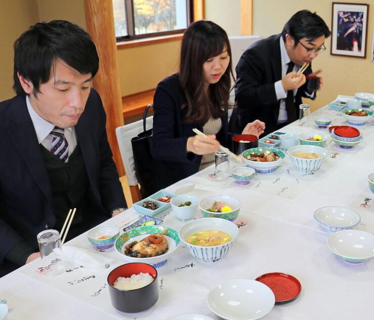 コイ料理を試食する旅行業者=長岡市山古志種苧原のあまやち会館