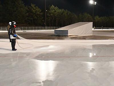 連夜の製氷、シーズン間近 岡谷の屋外スケートリンク