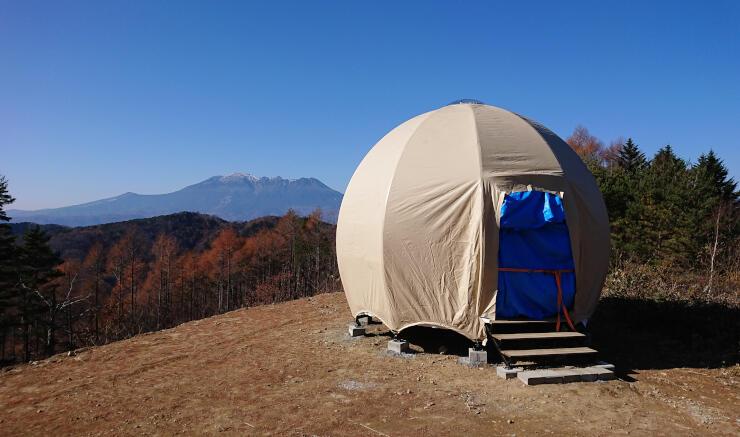 木曽福島スキー場のゲレンデに姿を現したテント。御嶽山(奧)などが一望できる場所にある