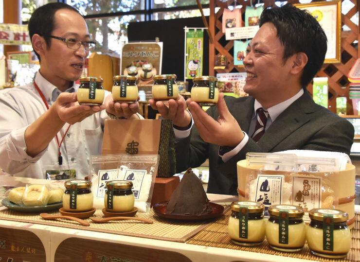 「ミルクあんこプリン」を紹介する原さん(左)と平沢さん