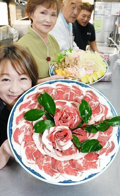 ボタンの花のように盛り付けられたイノシシ肉=11月16日、福井県おおい町名田庄久坂の新佐