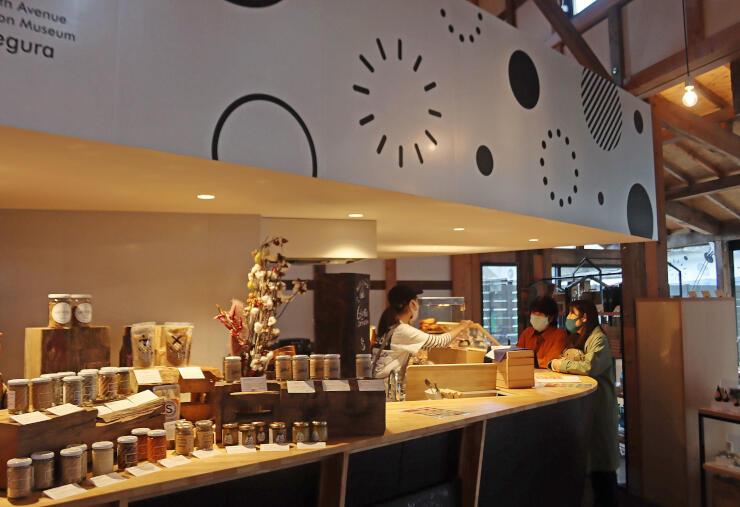 米蔵内にオープンした飲食店。地元の味噌や醬油、日本酒を生かしたメニューが並ぶ=長岡市摂田屋4