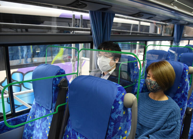 トラビスジャパンがバス内に設置したシールド板
