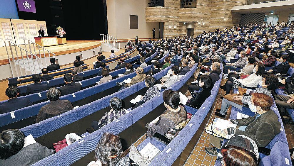 文芸ファンの熱気があふれる授賞式の会場=金沢市文化ホール
