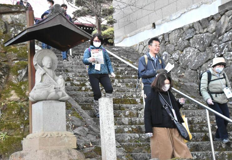 桂泉院に残る石仏「延命地蔵大菩薩」(左)などを見て歩いた参加者