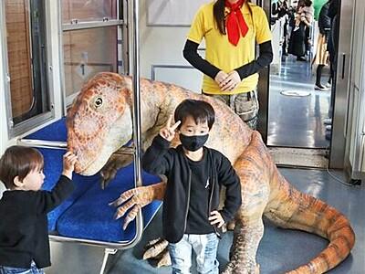 新恐竜電車で探検!迫力2体追加 福井県・えち鉄
