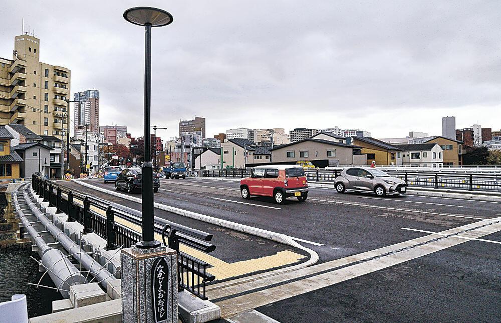 完成した中島大橋。照明灯は菅笠をイメージした=金沢市昌永町