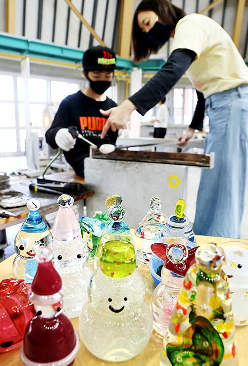 クリスマス用にガラスの置物作りが楽しめる制作体験=富山ガラス工房