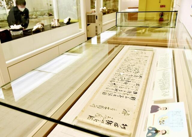 鉱物学者の和田維四郎宛ての書簡などが並ぶ展示=福井県福井市の県立こども歴史文化館