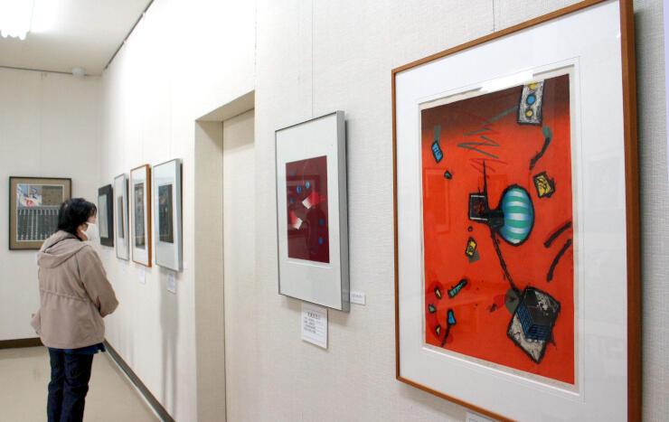佐渡版画村美術館が所蔵する版画を展示する著名作家展=佐渡市相川米屋町