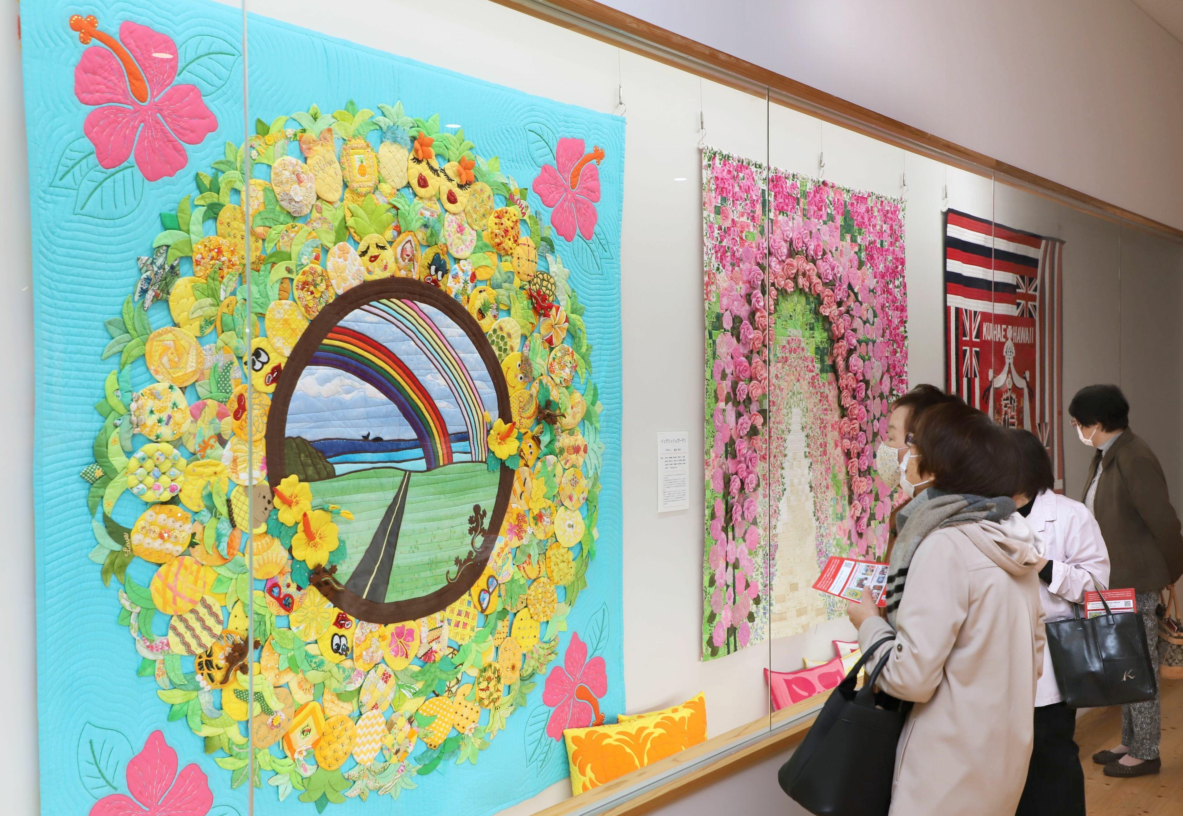 色鮮やかな作品が並ぶハワイアンキルト展=胎内市