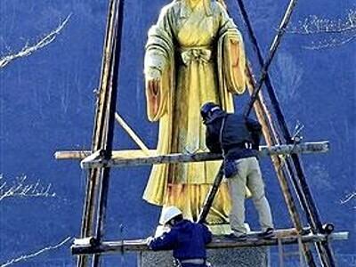 大野の麻那姫像が冬の眠りに 来年春まで雪囲い