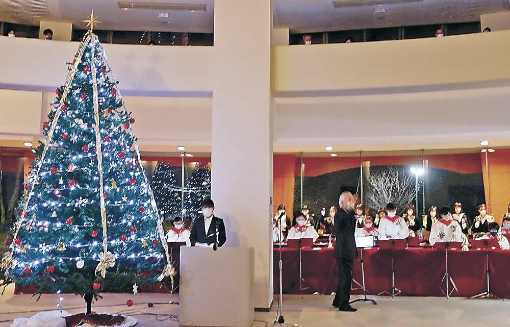点灯されたクリスマスツリー=北陸学院大