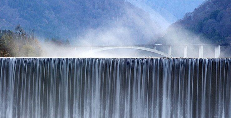 常願寺川の本宮砂防堰堤の上流に発生した川霧=25日午前7時、富山市小見